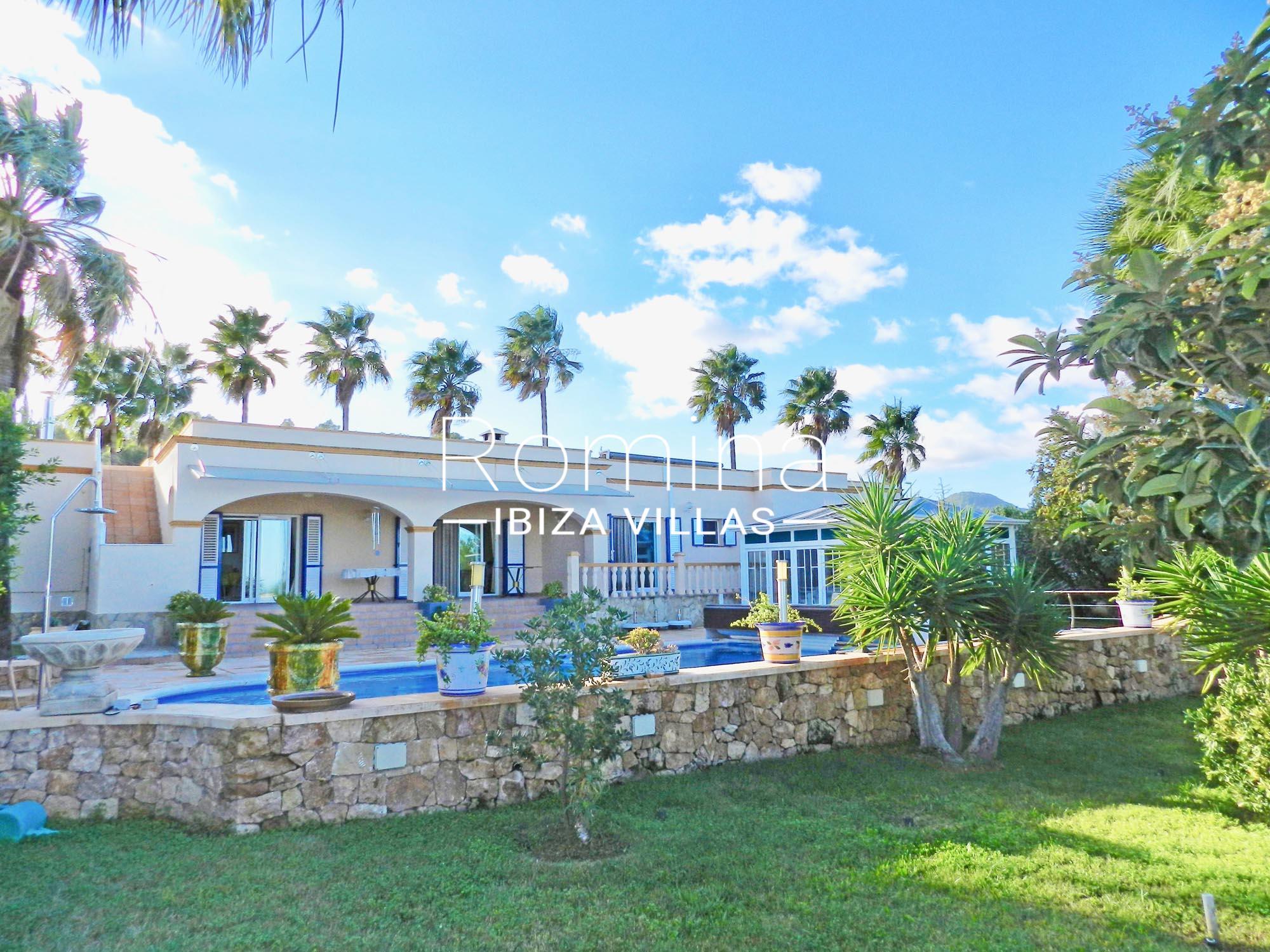 Villa es serrals2piscinefacadejardin romina ibiza villas for Piscine ibiza riviera 2
