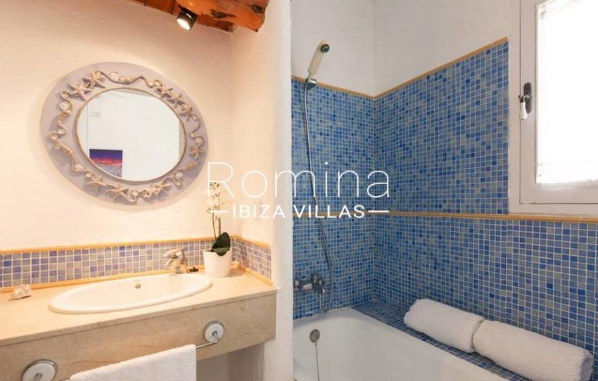 ES TROS5bathroom blue tiles