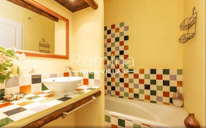 ES TROS5bathroom multicolour tiles