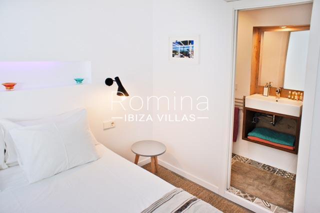apartamento puerto-4bedrooom and door to bathroom