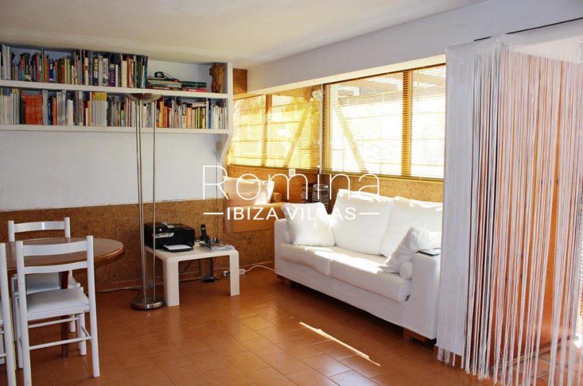 casa erro-3sitting room shelves