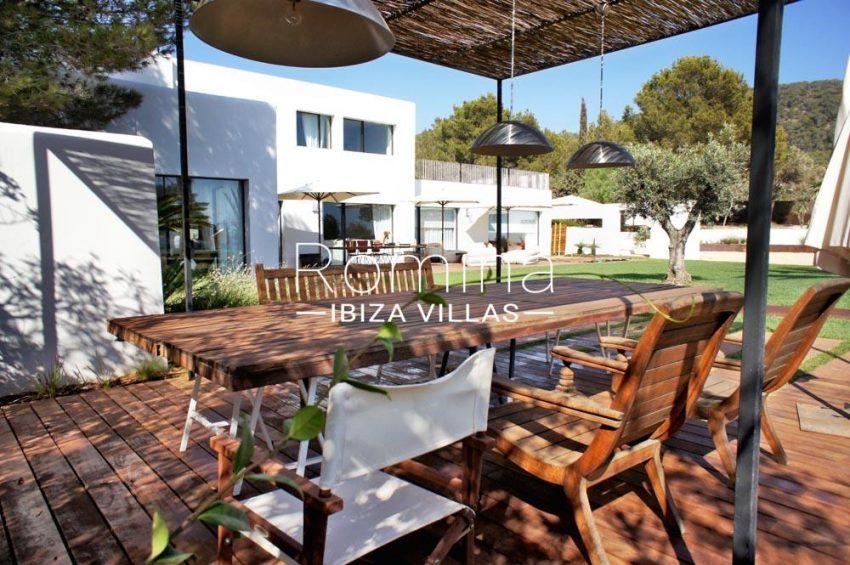 villa yundal J-2pergola terrace dining area