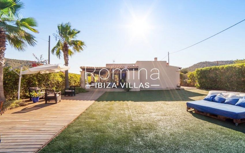 villa nati ibiza-2side facade lawn