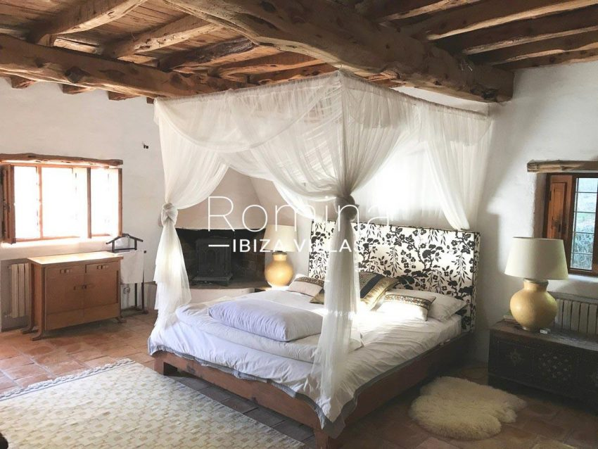 finca lina ibiza-4bedroom canopy bed