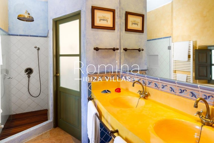 can vicent rafal ibiza-5shower room2