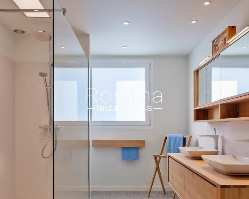 romina-ibiza-villa-re-386-82-villa-blanca-5shower room