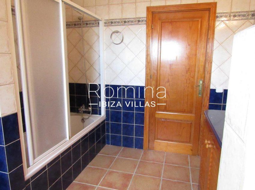 villa mikel ibiza-5bathroom bathtub
