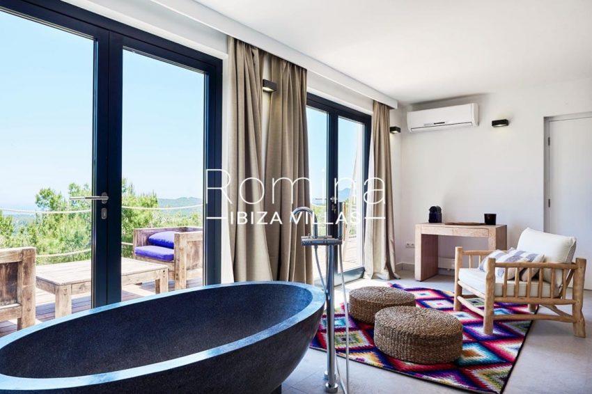 villa adelfa ibiza-4bedroom bathtub1