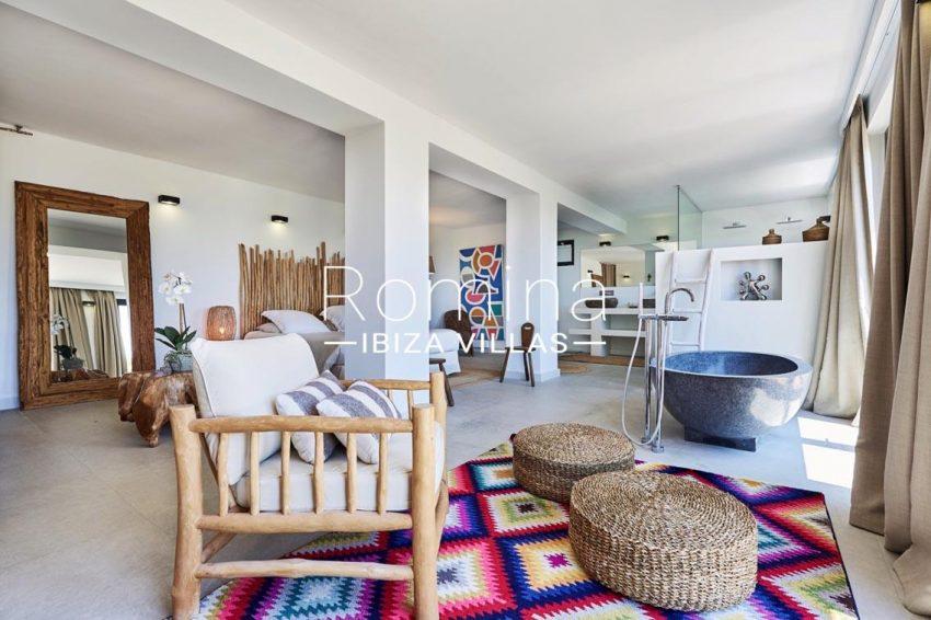 villa adelfa ibiza-4bedroom bathtub2