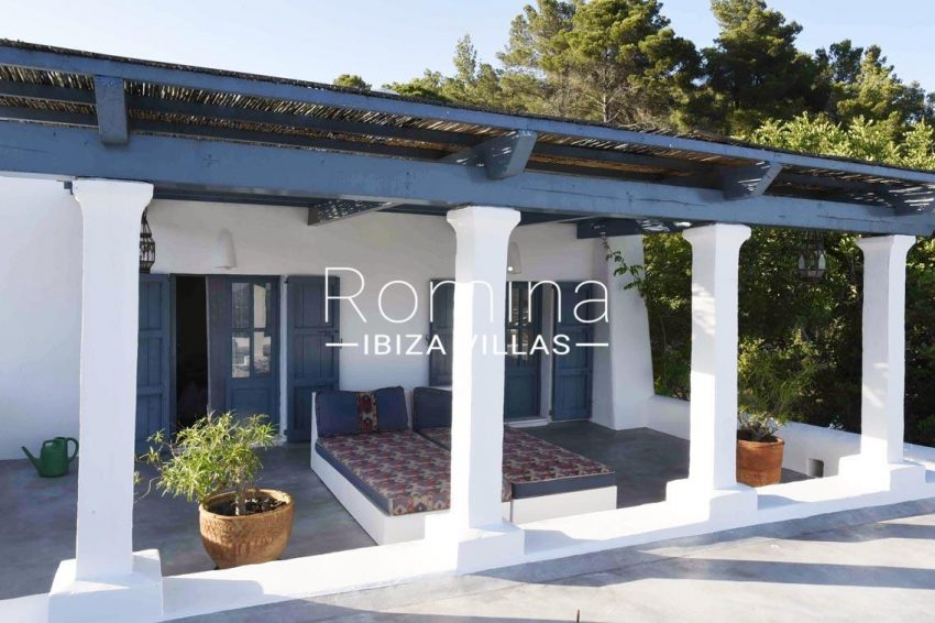 finca bridie ibiza-2porch day beds2