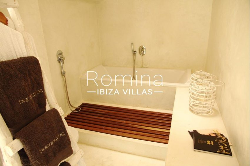 villa design ibiza-5bathtub