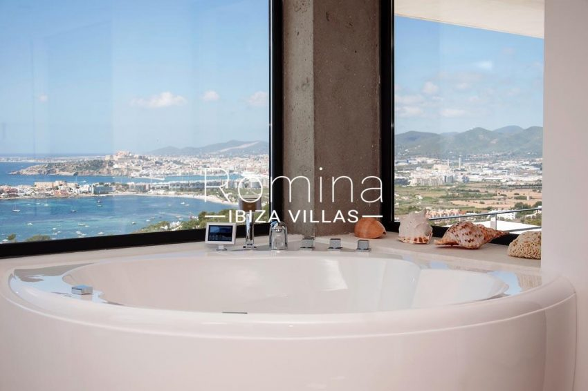 villa papirum ibiza-5bathtub sea view