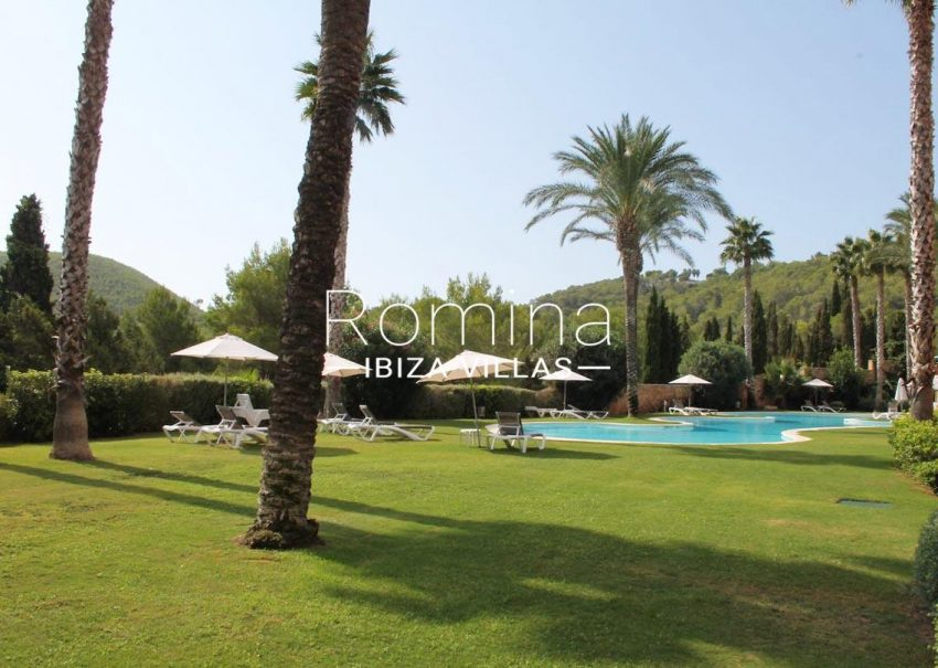 atico golf ibiza-2pool lawn2