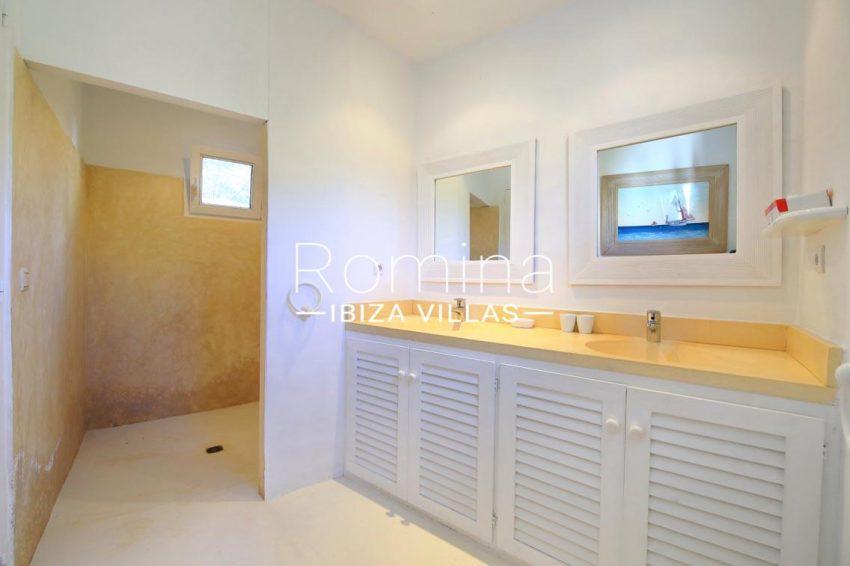 can aloha ibiza-5shower room