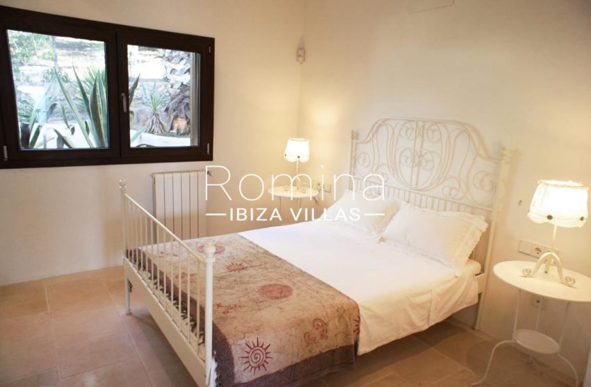 villa bella ibiza-4bedroom iron bed2bis