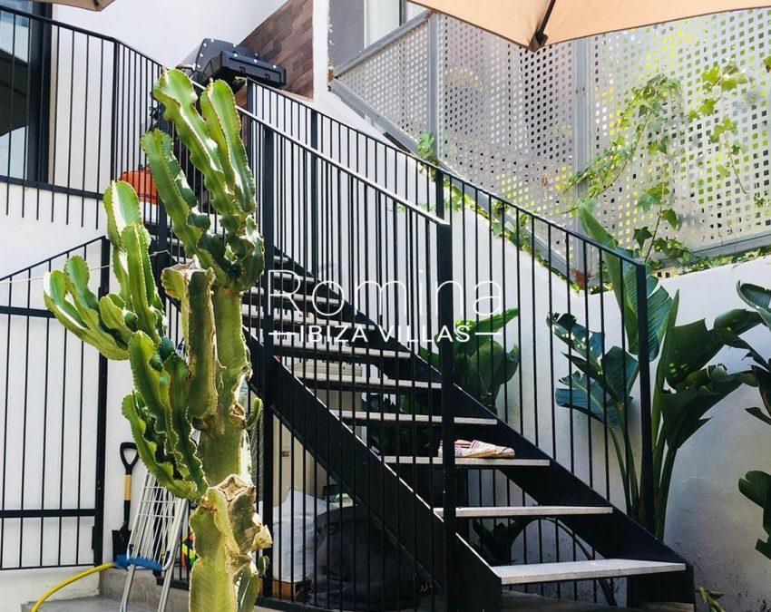 apto jardin ciudad-2stairs to garden2