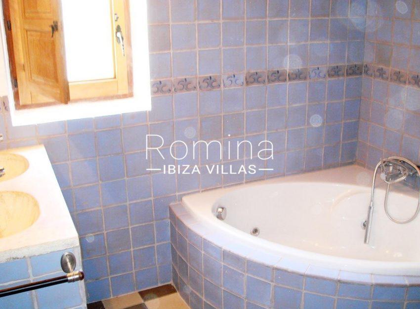 finca kanya ibiza-5bathroom bathtub