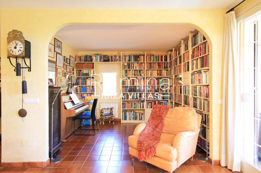 casa caliza ibiza-3living library