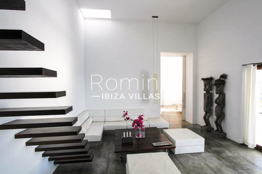 villa agapanthe ibiza-3living room statues
