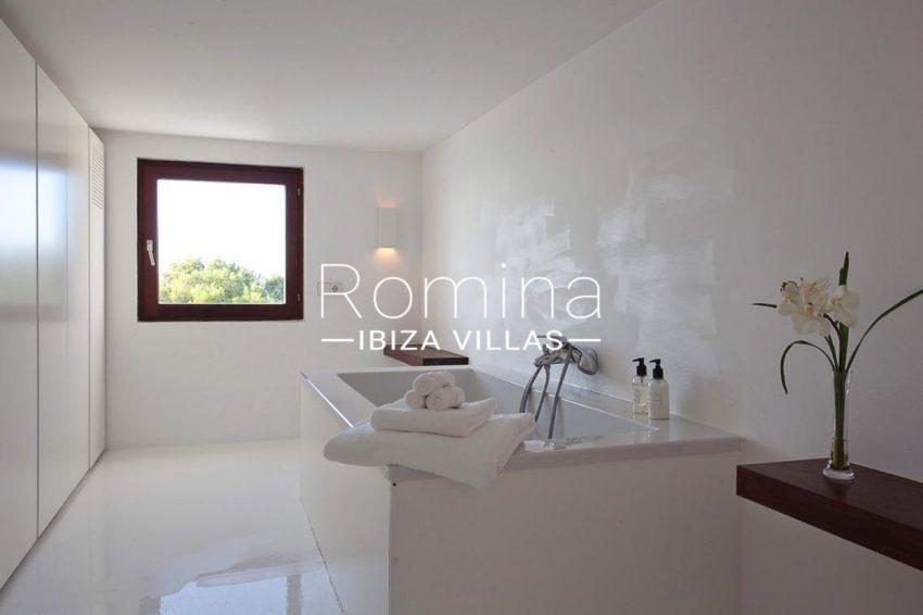 villa agapanthe ibiza-5bathroom2