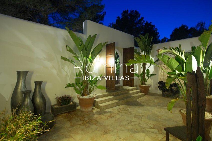 can retiro ibiza-2entrance patio by night