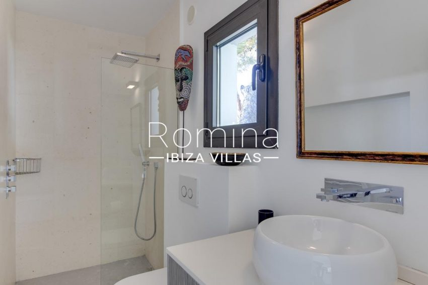 can sarmiento ibiza-5shower room