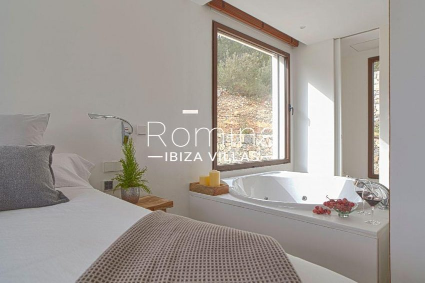 villa esmeralda ibiza-4bedroom2 bathtub