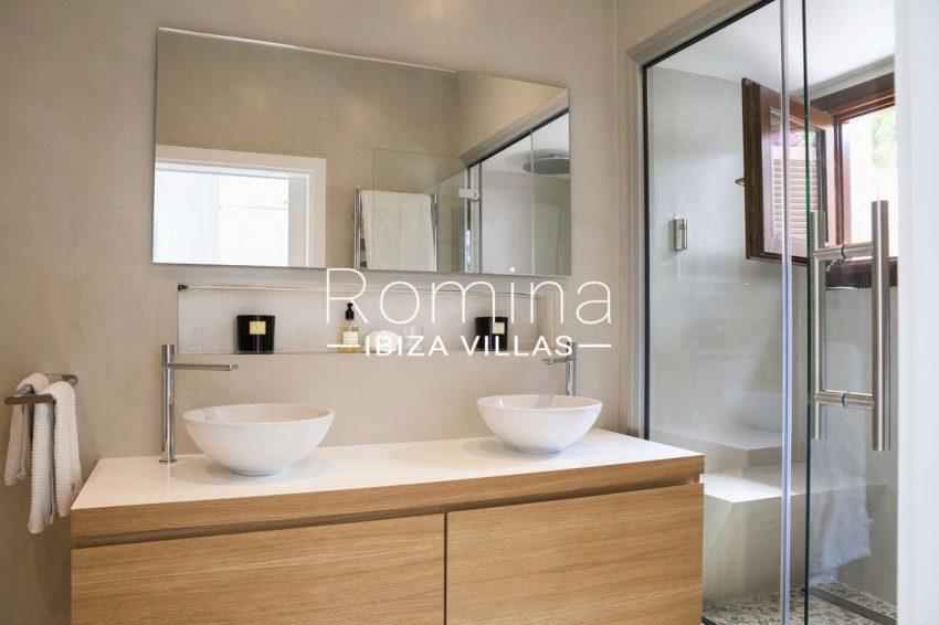 villa topaze ibiza-5shower room sinks