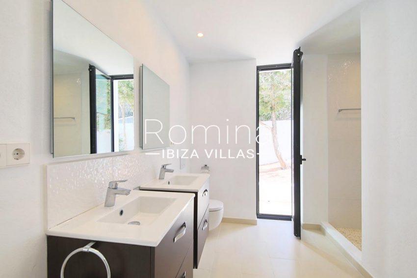villa capricci ibiza-5bathroom opening onto exterior