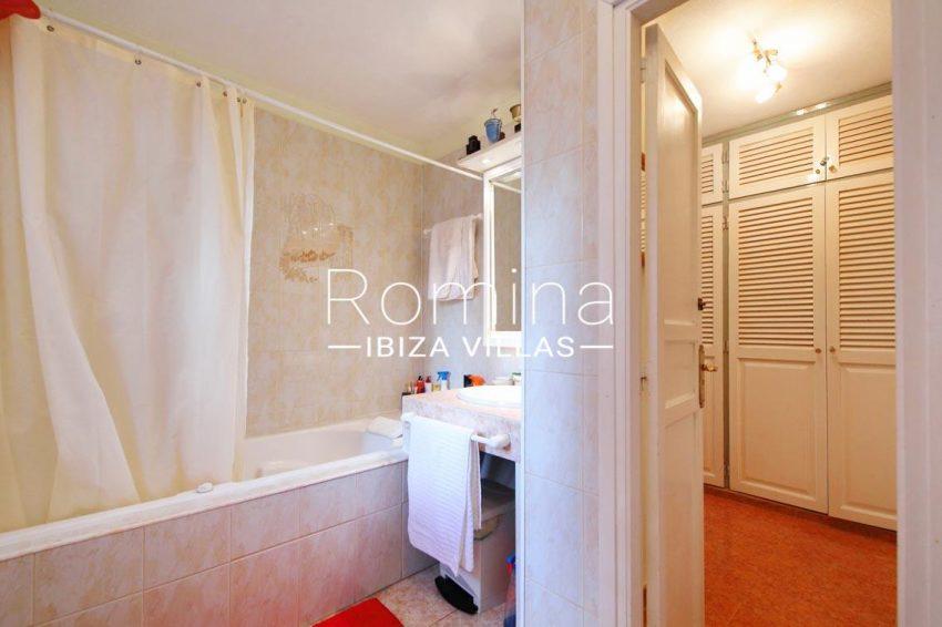 casa ciguena ibiza-5bathroom dressing room