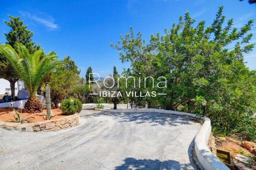 villa gio ibiza-2entrance drive in