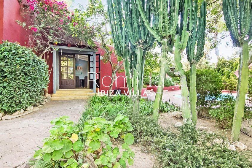 romina-ibiza-villas-rv679-villa-garnet-2garden entrance
