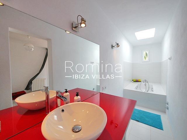 romina-ibiza-villas-villa-la pausa-rv669-5bathroom