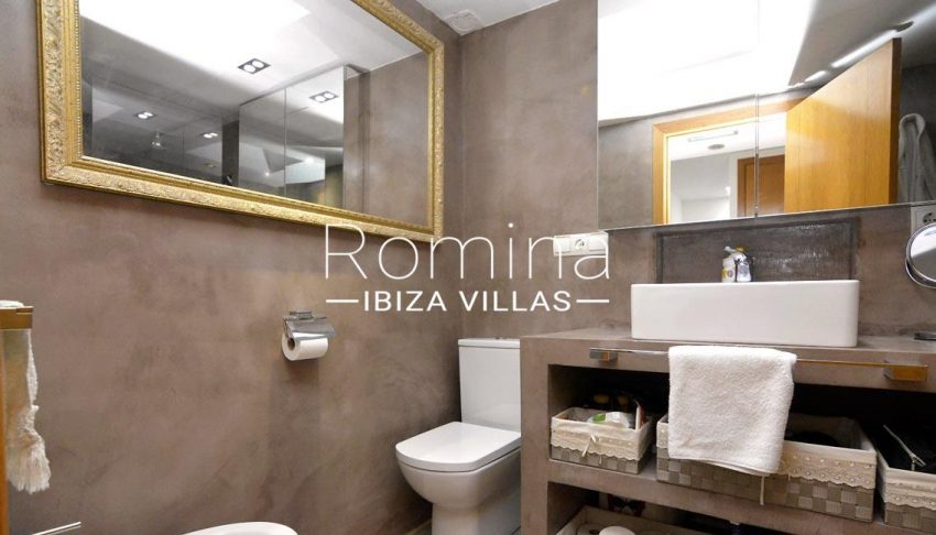 romina-ibiza-villas-rv690-adosado-pedres-5shower room2