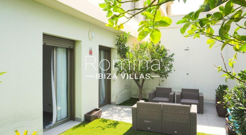 romina-ibiza-villas-rv-702-apto-berry-2garden sitting area2