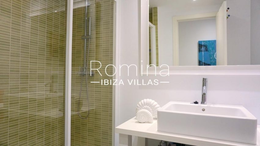 romina-ibiza-villas-rv-702-apto-berry-5shower room