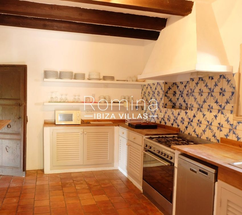 romina-ibiza-villas-rv-712-can-aster-3zkitchen2