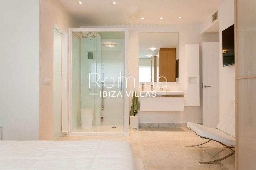 romina-ibiza-villas-rv-713- apto-miramar g-4bedroom shower room