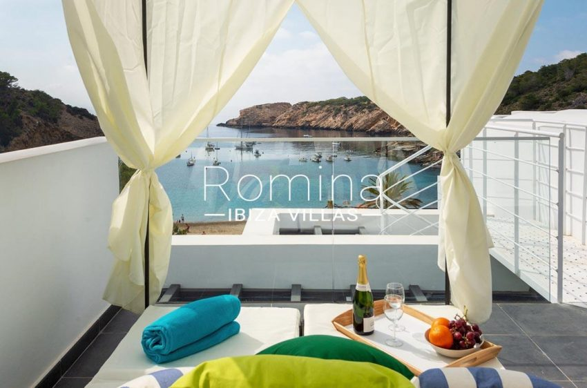 romina-ibiza-villas-rv-716-aticos-bay-1roof terrace balinese bed sea view