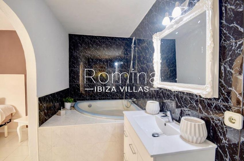 romina-ibiza-villas-rv-732-can-sissi-5bathroom1