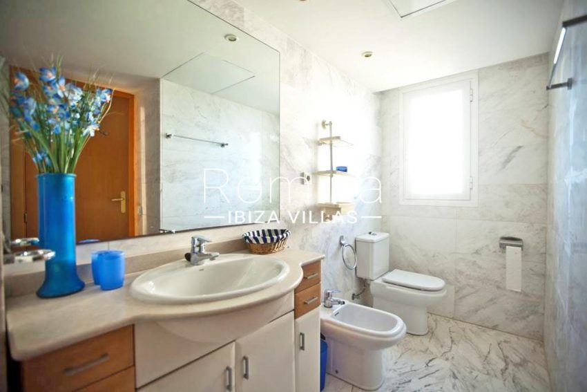 romina-ibiza-villas-rv-743-01-apto-calita-5bathroom2