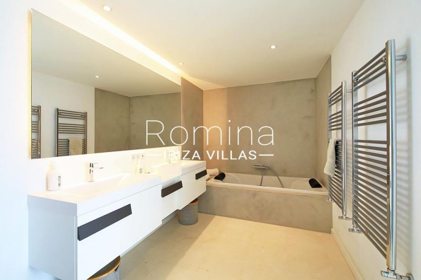 romina-ibiza-villas-rv-744-01-villa-deus-5bathroom
