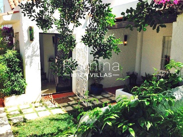 romina-ibiza-villas-rv-745-01-casa-gina-2garden entrance
