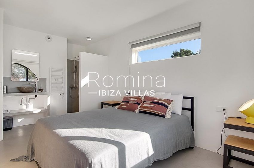 romina-ibiza-villas-rv747-51-casa lirio-4bedroom2 shower upstairs