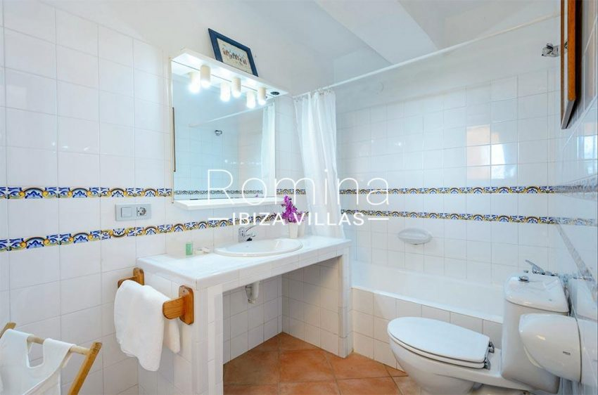 romina-biza-villas-rv-775-51-villa-sarga-5bathroom