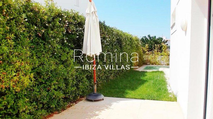 romina-ibiza-villas-rv-810-55-adosado-moderno-2garden pool