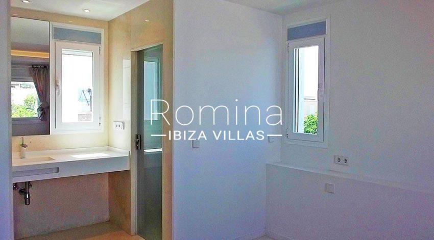 romina-ibiza-villas-rv-810-55-adosado-moderno-5bathroom2
