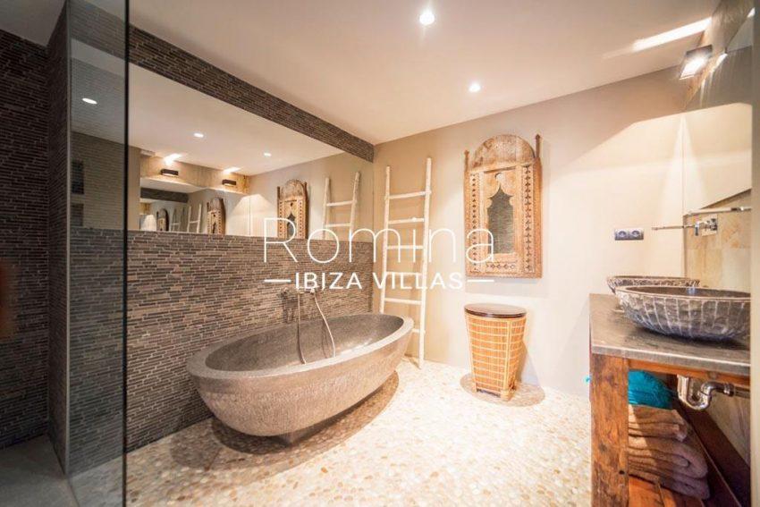 romina-ibiza-villas-rv-832-88-apto-bossa-vistas-5shower room1ter