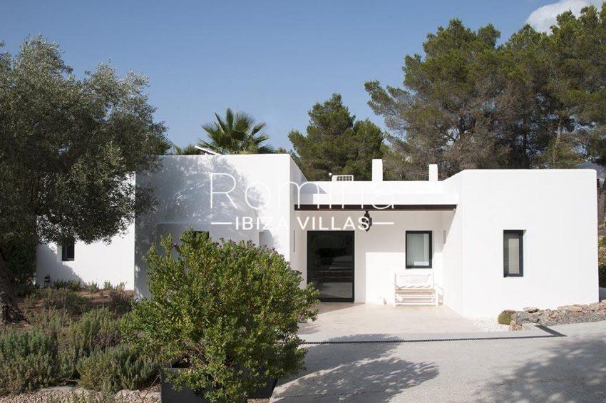 romina-ibiza-villas-rv-833-01-villa lua-2entrance porch
