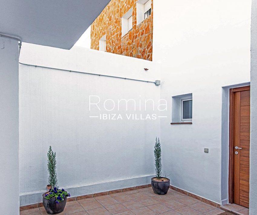 romina-ibiza-villas-rv-839-57-adosado-lila-2patio entrada